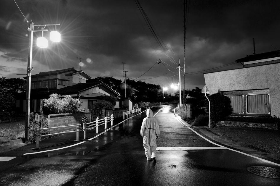 Pierpaolo Mittica (2011), Animalista in cerca di animali abbandonati: dalla serie Fukushima 'No-Go zone'. Stampa digitale su carta Hahnemühle, cm 33×48